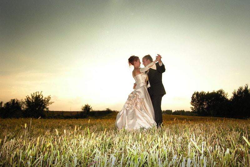 Fotografia Ślubna taniec na ściernisku
